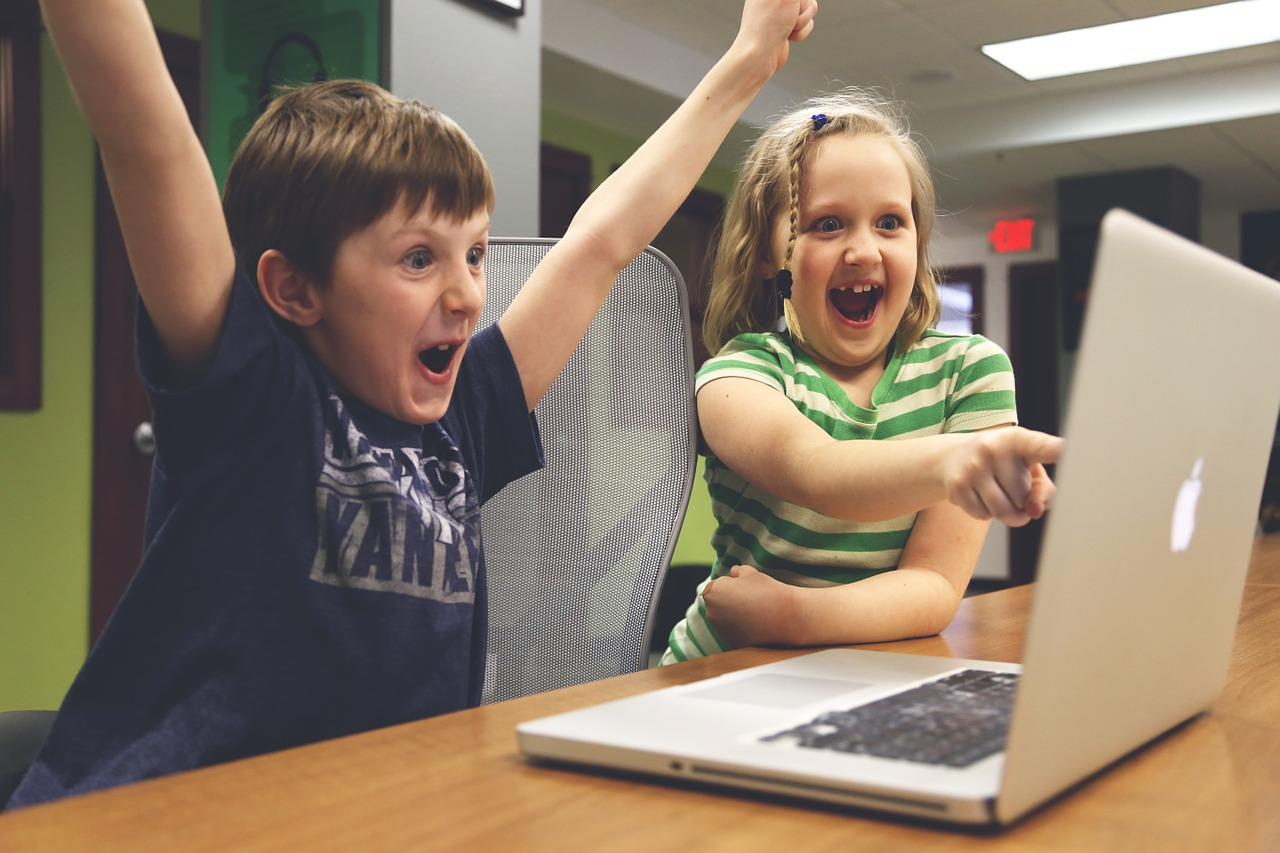 Eradium back-to-school email marketing Kids with a computer